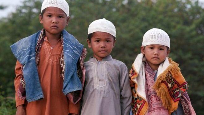 إجبار شعب الأورانج ريمبا في إندونيسيا على ترك دينه