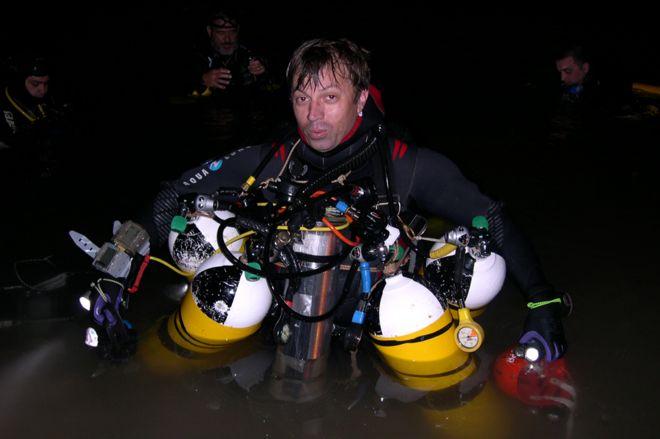 Xisco Gracias com sua roupa de mergulho, incluindo quatro tanques de oxigênio