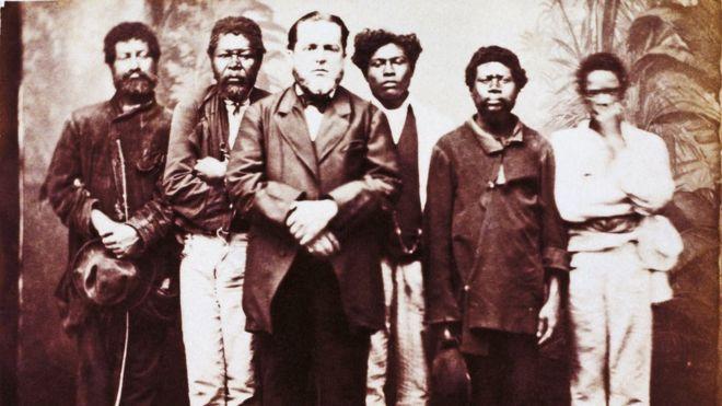 Senhor e seus escravos, São Paulo, albúmen de Militão Augusto de Azevedo, c. 1860. 6,3 x 8,3 cm. Museu Paulista — USP