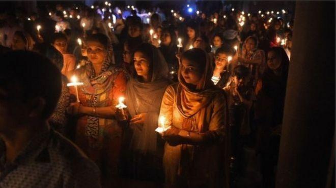 Người Kito giáo ở Pakistan dự Lễ Phục sinh ở Nhà thờ Thánh Tâm ở thành phố Lahore.