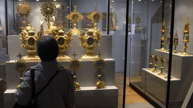 Из музея в Лионе украли корону с 1800 драгоценными камнями
