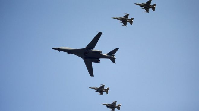 Los bombarderos B-1B sobrevolaron la base aérea de Osan en Pyeongtaek, Corea del Sur.