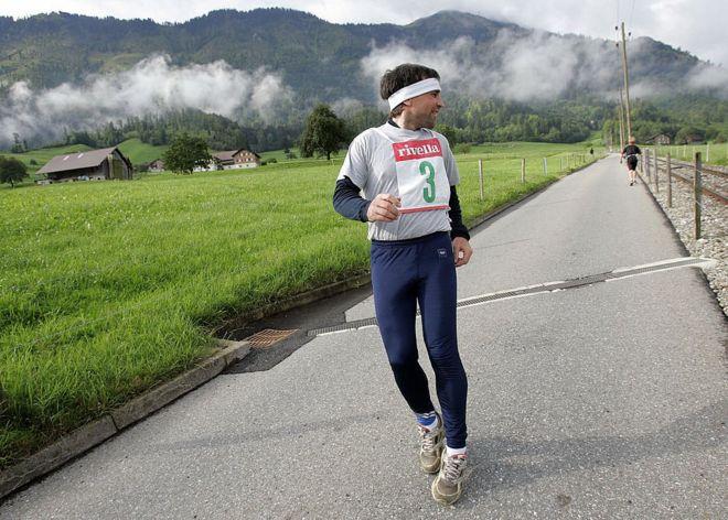 Hombre corriendo en reversa.