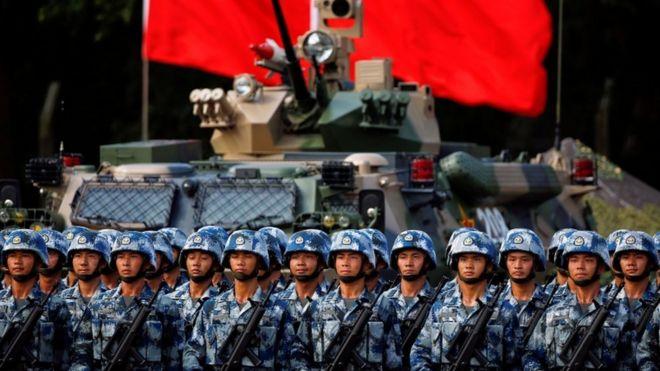 Exército chinês espera o presidente Xi Jinping em cerimônia em Hong Kong