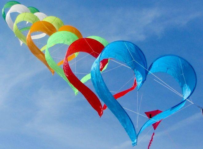 طائرات ورقية على شكل قلب