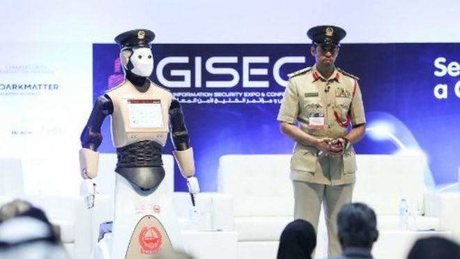 Robot ya polisi akisimama na Brigadier Al Razooqi Dubai