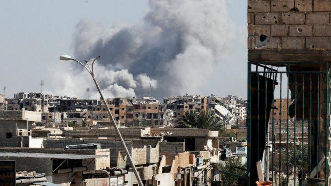 دخان يتصاعد من أحد الأبنية في مدينة الرقة بعد قصف لطائرات قوات التحالف