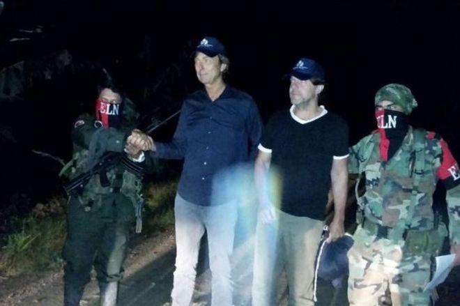 Momento de la liberación de Derk Johannes Bolt y Eugenio Ernest Marie Follender, los dos periodistas holandeses secuestrados hace una semana en Colombia por el Ejército de Liberación Nacional (ELN).