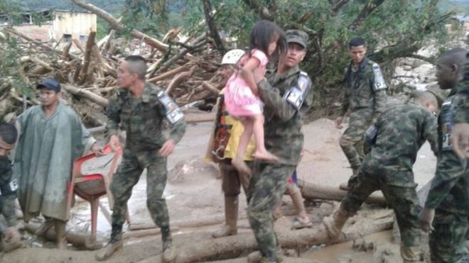 Soldado carrega menina durante operação de resgate