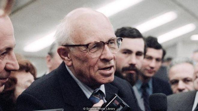 آندری ساخاروف، فیزیکدان اتحاد جماهیر شوروی که به دنبال طراحی یک بمب هستهای بسیار قدرتمند و ویرانگر، تبدیل به یکی از مخالفین فعال سلاحهای هستهای شد