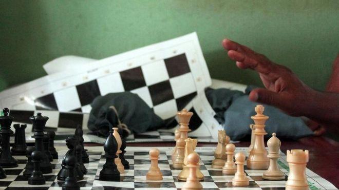 Toma cerrada de un tablero de ajedrez, en el que dos personas están jugando
