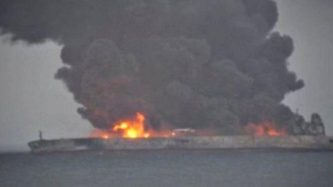 油船正在燃烧,产生大量黑色浓烟。