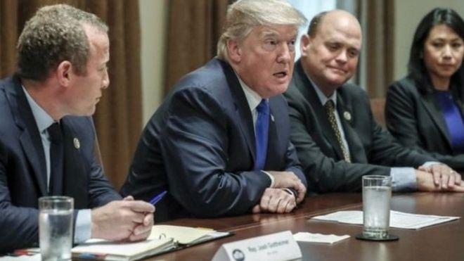 Trump na wanachama wa Democrats nancy Pelosi na Chuck Schumer