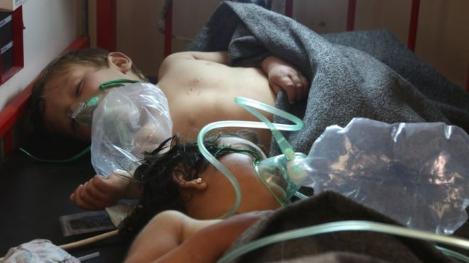 Syrian children receive treatment after a suspected chemical attack in Khan Sheikhoun (4 April 2017)