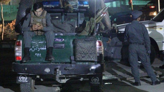Askar ka tirsan booliska Afghanista oo jooga masaajidka qaraxu ka dhacay