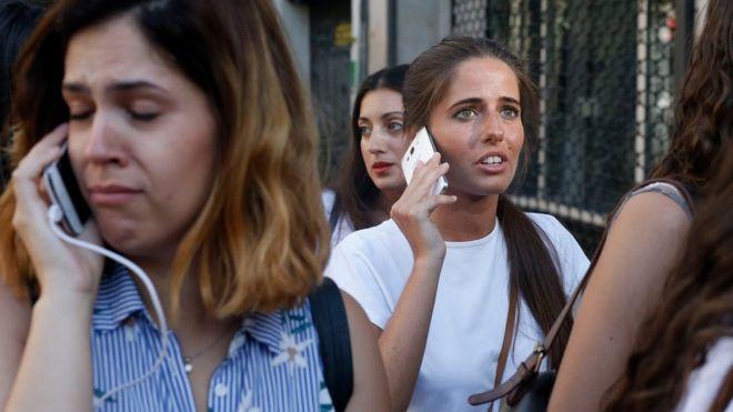 """""""He visto gente por los aires y mucho polvo"""": testigos relatan las escenas de pánico tras el """"ataque terrorista"""" en Las Ramblas en el centro de Barcelona"""