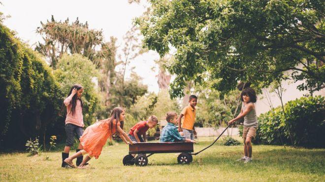 Aprender a cooperar é um importante passo para crianças pequenas