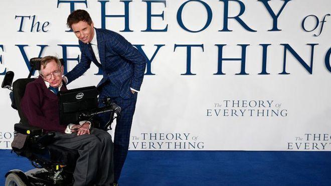 Eddie Redmayne e Stephen Hawking na estreia do filme no Reino Unido em 2014