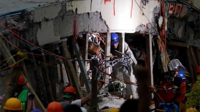 Equipes correm contra o tempo para resgatar menina presa sob escombros de escola no México
