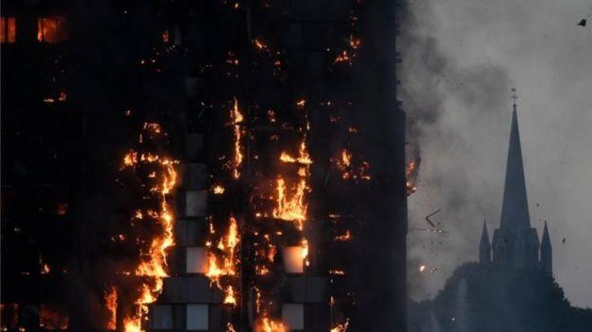 Khói cháy nhà có thể nhìn thấy từ xa.