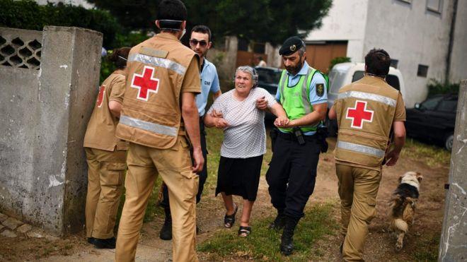 Эвакуация местных жителей с участием полиции и Красного Креста, 18 июня 2017