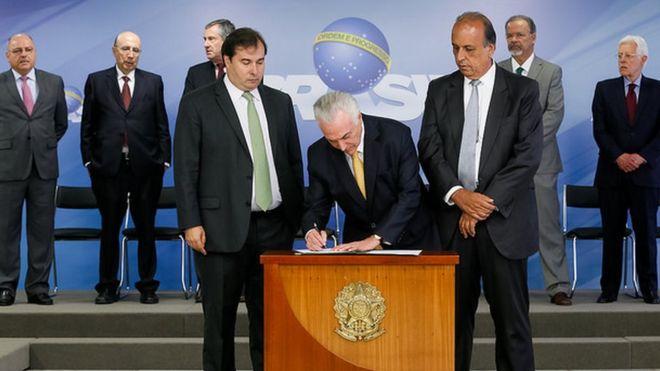 Temer assina intervenção ao lado de Rodrigo Maia e Luiz Fernando Pezão