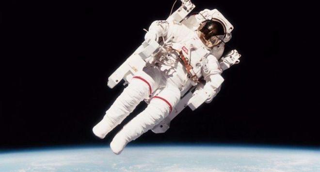 ผู้คนทั่วโลกต่างตื่นเต้นกับภาพขณะที่นายแมคแคนด์เลสบินเดี่ยวในอวกาศโดยไม่ใช้สายโยงเมื่อปี 1984
