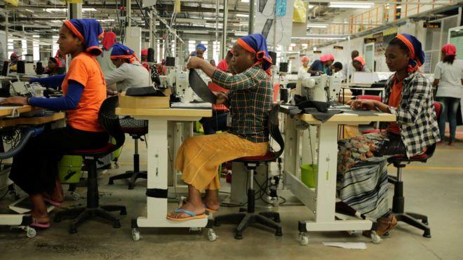 عمال يخيطون ملابس في مصنع نسيج جنوبي إثيوبيا بالمجمع الصناعي في منطقة هاواسا الجمعة. هذه الملابس مخصصة لبعض الشركات الرائدة في مجال تصميم الأزياء.