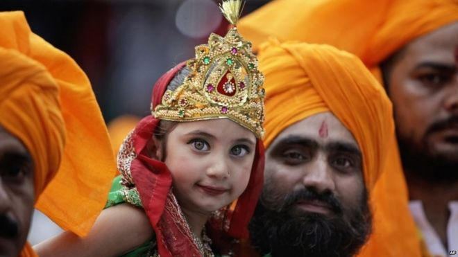 In pictures: Hindus celebrate Krishna's birthday - BBC News
