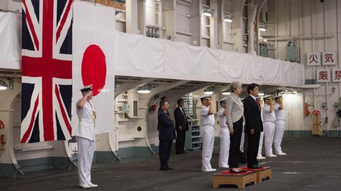 英國首相特里莎・梅在日本防相小野寺五典的陪同下,前往海上自衛隊橫須賀基地,視察了日本海上自衛隊最大的直升機航母