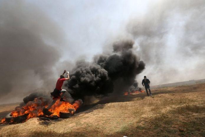 برای آنکه تک تیراندازهای اسرائیل دید کافی نداشته باشند در نوار مرزی لاستیک آتش زدهاند