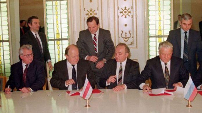 Leonid Kravchuk (Ukraine), và Stanistav Shushkevich (Belarus - ngồi bên trái), cùng Boris Yeltsin (Nga