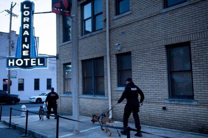 پلیس چهارشنبه صبح اطراف متل محل ترور دکتر کینگ به گشت زنی مشغول بود.