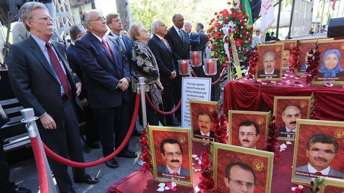 جان بولتون در تجمع گروهی از مخالفان جمهوری اسلامی در حاشیه مجمع عمومی سازمان ملل، در کنار تصاویری از اعضای کشتهشدگان مجاهدین خلق