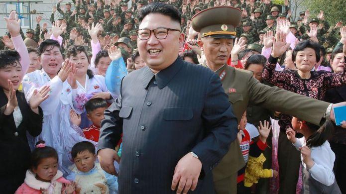 Kim Jong-un 5 Mayıs'ta Kuzey Korelilerin sevgi gösterileri arasında