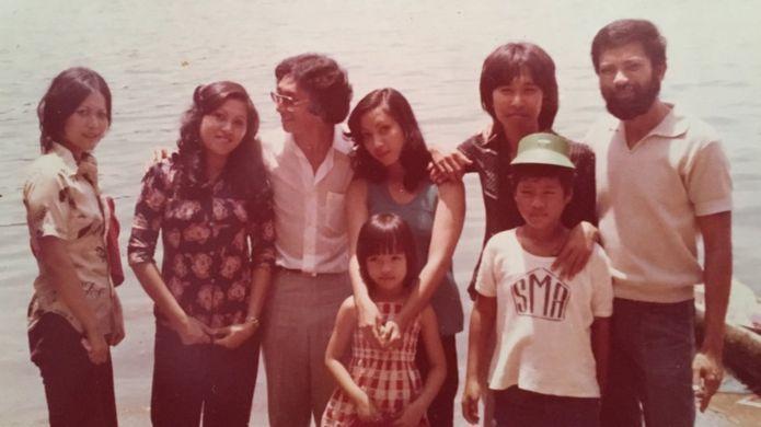 Alex Kusnadi (thứ ba từ trái sang) cùng bạn gái và gia đinh cô