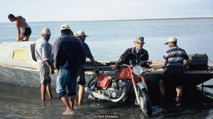 ووزروژدنیا همچنان در سال ۲۰۰۵ یک جزیره بود و اعضای گروه برای رسیدن به آن با قایق سفر کردند