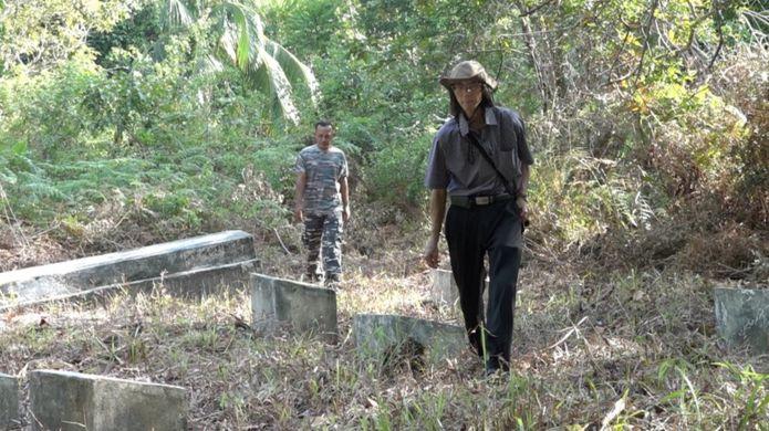 Alex hiện nay trên đường giúp đỡ người Việt tị nạn năm xưa đi tìm mộ