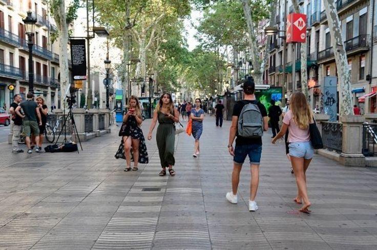 پیادهرو وسط خیابان رامبلا