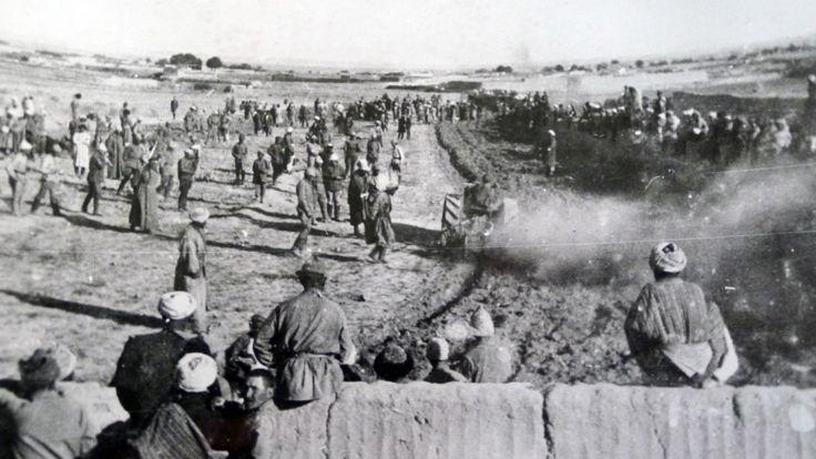 نخستین تراکتوری که از لنینگراد (سن پیترزبورگ) به دوشنبه فرستاده شد، در یکی از مزارع به کار شروع می کند.