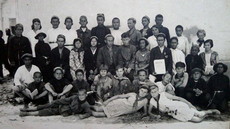 نسختین مدرسه روسی که در شهر دوشنبه در سال تحصیلی 1928 و 1929 افتتاح شد. اما در آن بچه های تاجیک هم تحصیل می کردند