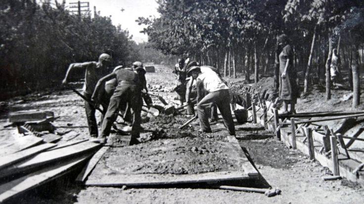 دوشنبه در سال 1940: نخستین بار راهها را برای اسفالت سازی آماده می کنند و حاشیه راه را با سیمان می سازند، در خیابان مرکزی که آن زمان نام لنین را داشت و حالا رودکی نام دارد