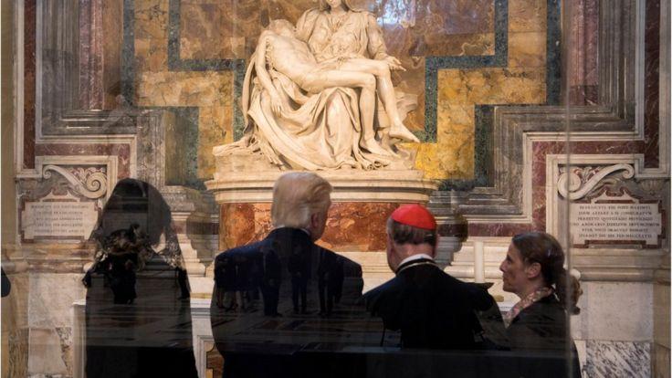 Donald Trump mirando La Pietá Derechos de autor de la imagen AFP