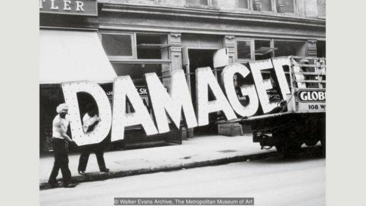 عکسهایی چون تابلو و کامیون (۱۹۳۰) با آن نوشته