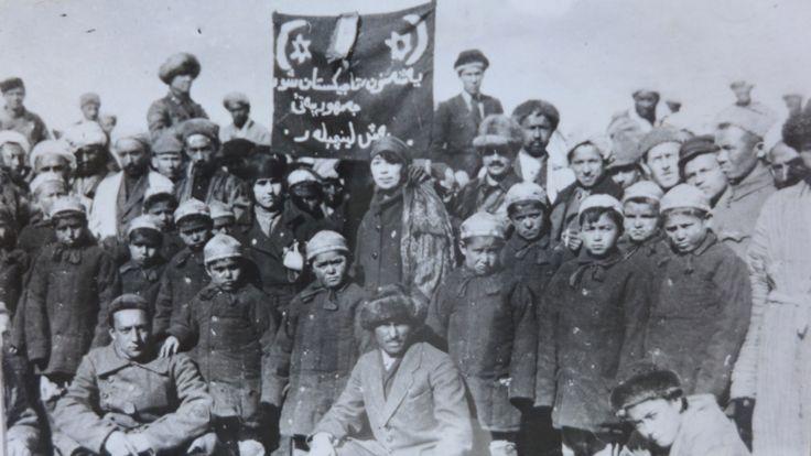 دوشنبه در سال ۱۹۲۵: نخستین دسته پیشاهنگان (بچه های مدرسه شوروی با کراواتهای سرخ شوروی) در تاجیکستان تاسیس شد