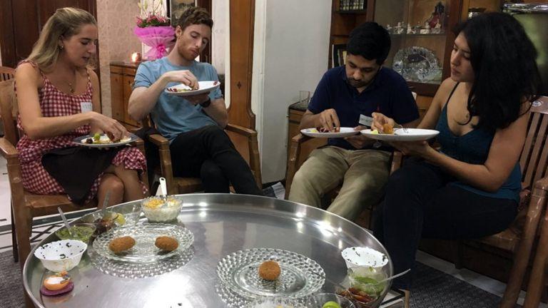 Aile evinde misafirler restorana gelir