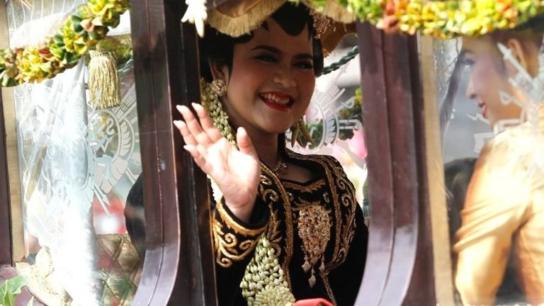 Kahiyang Ayu is the only daughter of Indonesia's President Joko Widodo. Her lavish wedding is being held according to Javanese traditions and has the entire country glued to TV screens. Image: BBC/Fajar Sodiq