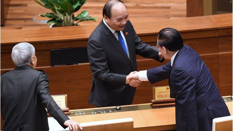 Thủ tướng Nguyễn Xuân Phúc bắt tay cựu Tổng Bí thư Nông Đức Mạnh và Tổng bí thư Lê Khả Phiêu trước giờ khai mạc kỳ họp Quốc hội hôm 22/5 tại Hà Nội