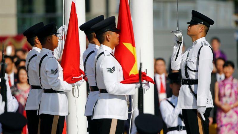 Çin ve Hong Kong bayrakları, kentin Britanya'dan Çin'e geçmesinin 20. yıldönümünü kutlayan bir törenle 1 Temmuz 2017'de Hong Kong'da kaldırıldı.