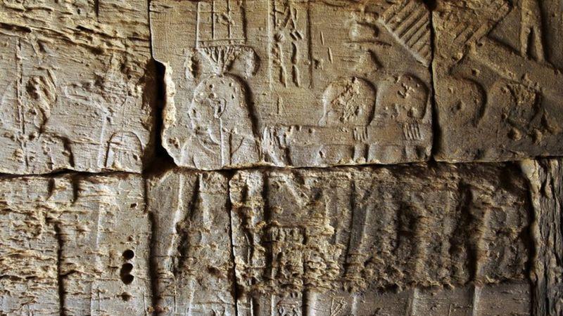 Nil'in yaklaşık 5 km doğusunda, Meroe arkeolojik alanındaki piramitlerden birinde yer alan bir kabartma.
